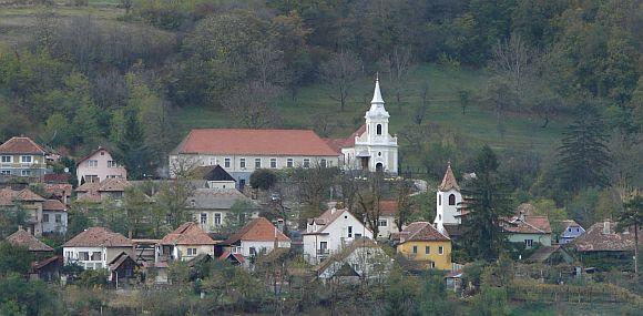 A kőhalmi római-katolikus templom és ferences kolostor.