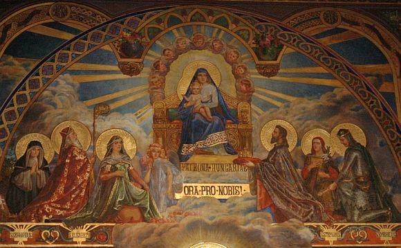 A nagy nyilvánosság számára nem látogatható, de magyar vonatkozásában igen jelentős a bécsi Szent Erzsébet-tisztelet harmadik helyszíne. A Pázmáneumot, az Esztergom-Budapesti Főegyházmegye által fenntartott papnevelő intézetet Pázmány Péter alapította 1623-ban. Az intézmény a II. világháború utáni évekig a magyar papi utánpótlás képzését szolgálta. Amikor Mindszenty József hercegprímás 1971-ben elhagyhatta Magyarországot, itt telepedett le. Kápolnájának főoltárképe Magyarok Nagyasszonyát ábrázolja. Jobb oldalán az első helyen térdel Árpád-házi Szent Erzsébet, kötényében és lábánál, valamint a mellette álló angyal kezében is rózsákat látunk. A trónon ülő, gyermekét átölelő Madonna előtt Szent István, Imre, László, Gellért és Margit térdepel és jár közben értünk.