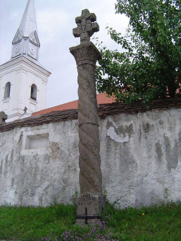 Csatószeg - Kereszt a római-katolikus templom előtt!