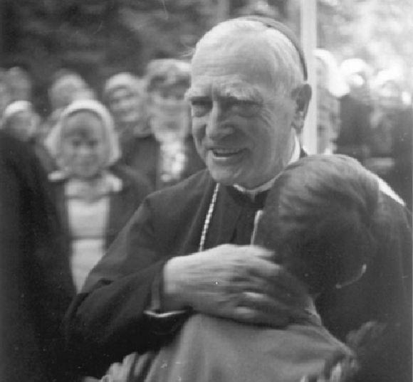 Márton Áron püspök atya.