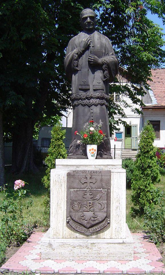 Márton Áron püspök atya a szászrégeni római-katolikus templom előtt.