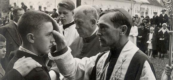 Márton Áron püspök atya bérmakörúton - Fotó: szigoruanellenorzott.com/marton-aron-1896/
