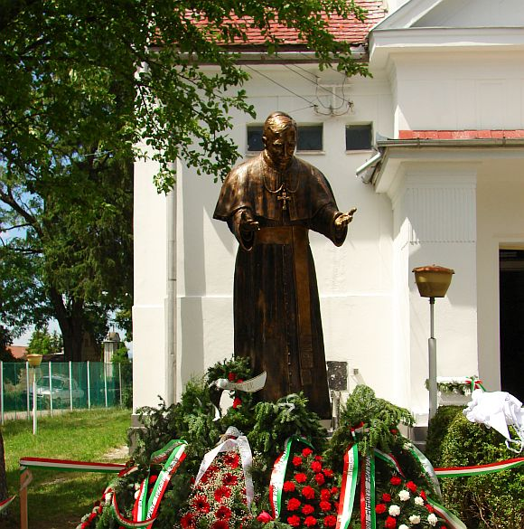Márton Áron püspök szobrának felszentelése a kovásznai római-katolikus templom kertjében - 2009. június 14.