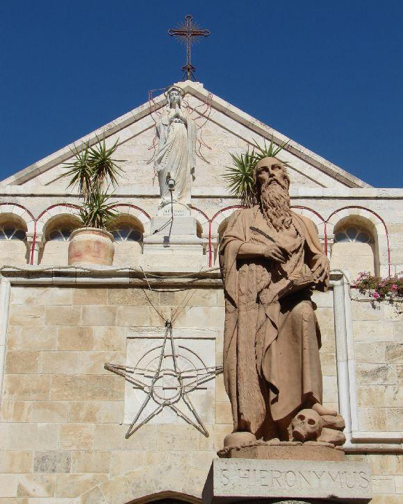 Szent Jeromos szobra a betlehemi születési templom előtti téren.