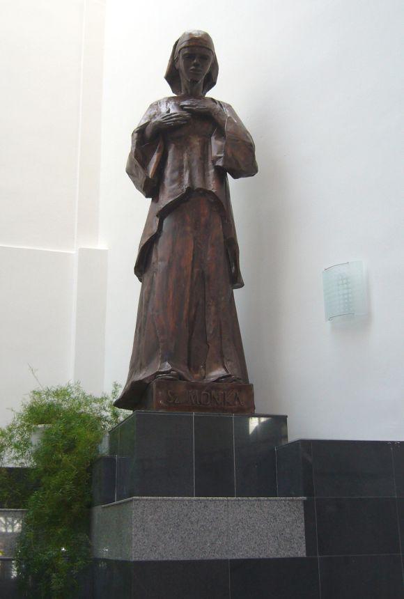 Szent-Monika-szobra-Csikszereda-Szent-Agoston-templom